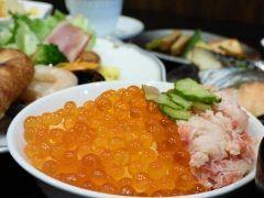 札幌出張で泊まったアパホテルTKP札幌駅前がとても良いホテルでしたよ このホテルの魅力は何と言っても朝食 和洋朝食バイキングが用意されていてイクライカとびっこなどをタップリとご飯にのせてオリジナル海鮮丼にするのがおすすめ さすが北海道ですね tags[北海道]