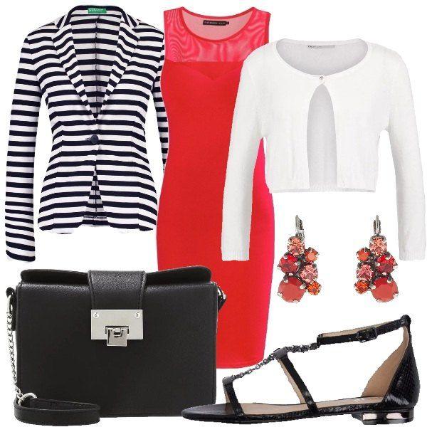 Outfit composto da vestito in jersey rosso senza maniche con scollo tondo, cardigan bianco, blazer a fantasia rigata, sandali in ecopelle con applicazioni in metallo, borsa a tracolla in ecopelle e orecchi rossi in metallo.
