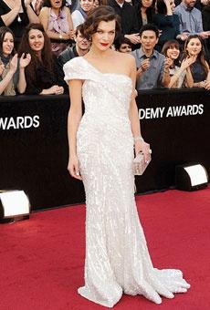 Milla Jovovich em um vestido de alta costura assimétrico Elie Saab. Muito glamour!