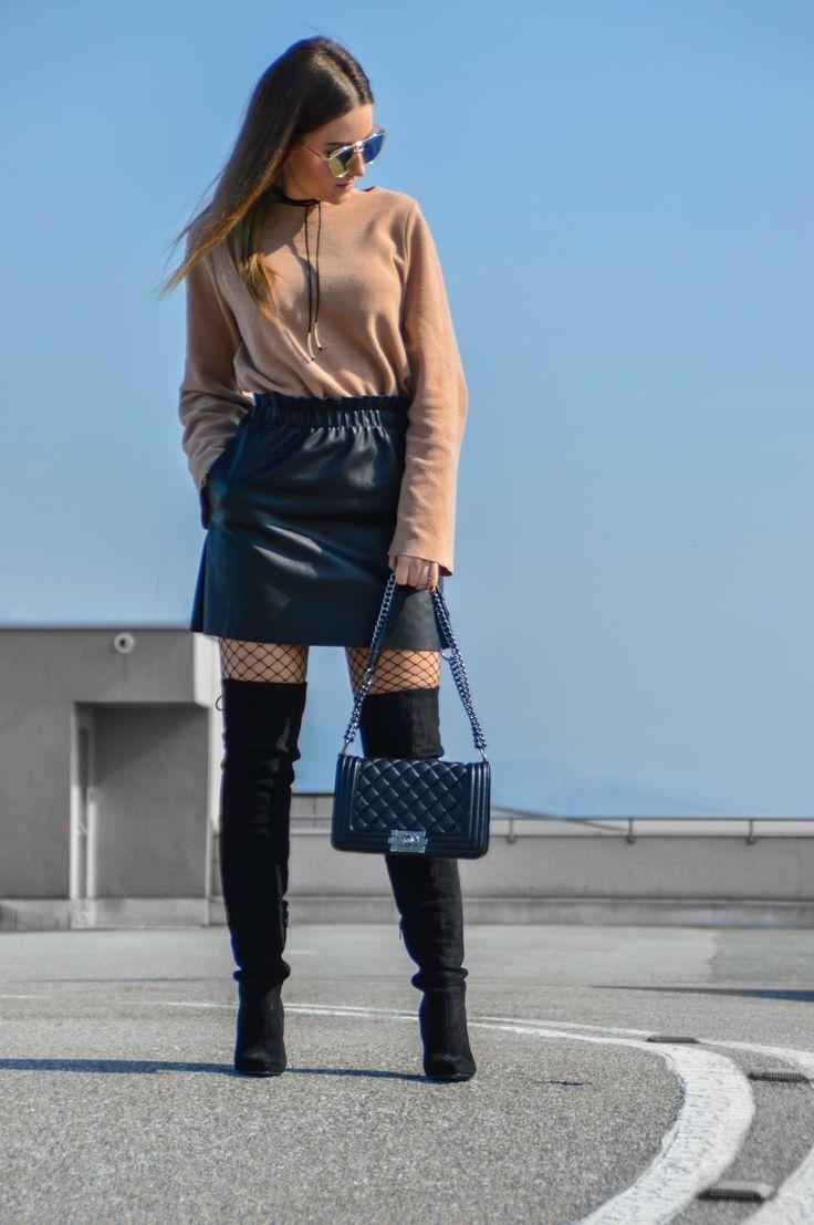 Ein Trend an dem man heuer nicht vorbeikommt sind Netzstrumpfhosen! Wie ich diese mit einem anderen Trend kombiniere, das seht ihr jetzt. Look, Outfit, Fashion Blog, Modeblog, Outfit Blog, Streetstyle, Outfit Blog, Modeblog, Fashion Blog, Fashion Blogger, Lederrock, Netzstrumpfhose kombinieren, Overknees