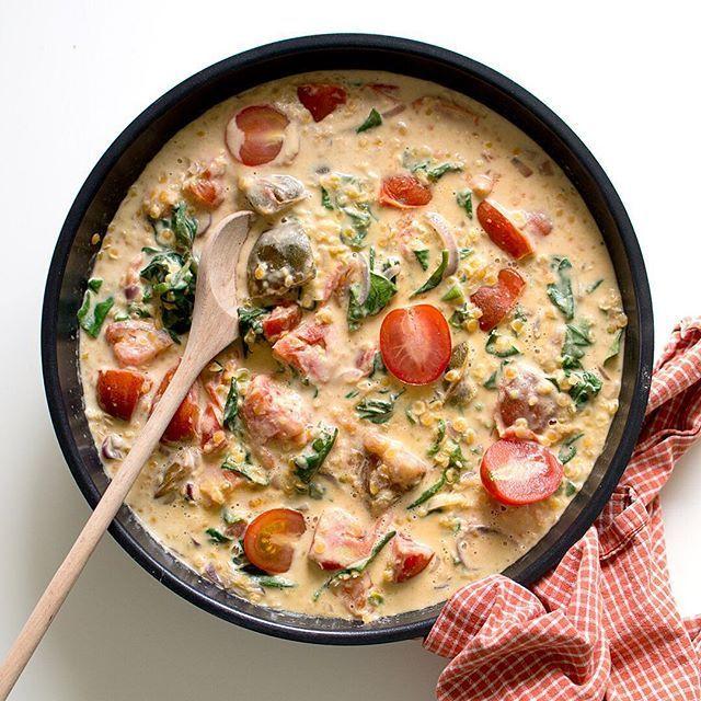 Gräddig linsgryta med färska tomater, vitlök och spenat 😍 Vad skulle få dig att äta mer vegetariskt? Jag älskar ju variation - kött, fisk och vegetariskt - men det måste vara ENKELT att laga! Det här receptet finns på bloggen nu 😊