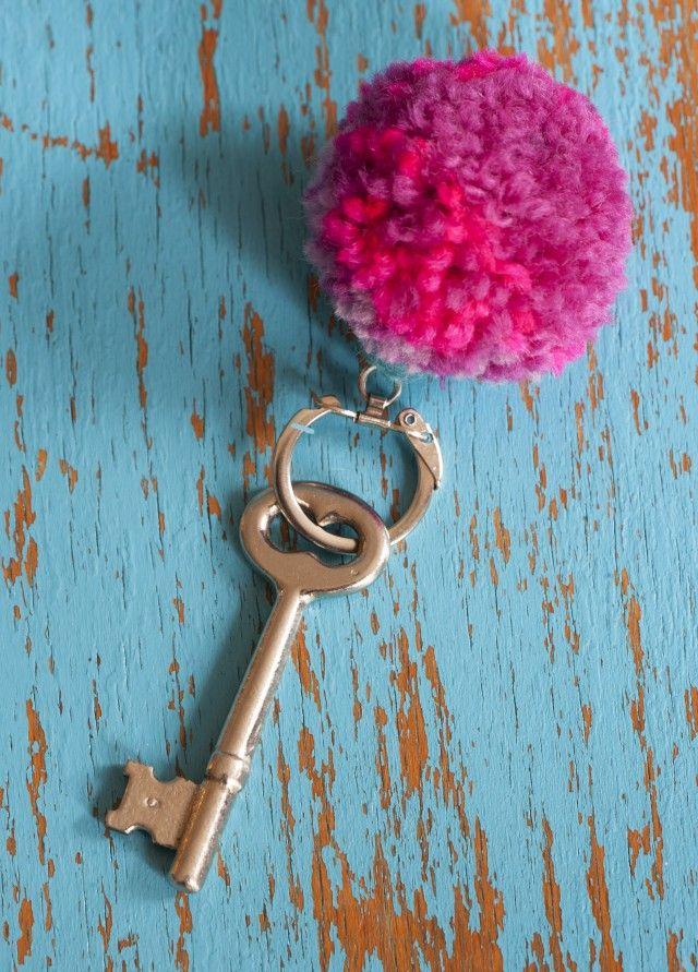 Lag kule nøkkelringer med fargerike pomponger.