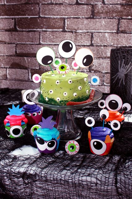 Eyeball Cake for Halloween!! I am horrible at decorating cakes, so if I can do this with my 5 year old daughter anyone can!