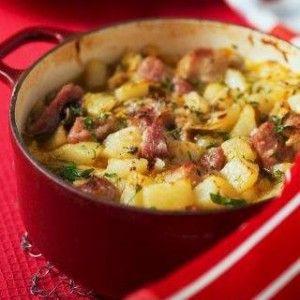 Χωριάτικη συνταγή με λουκάνικα και πατάτες