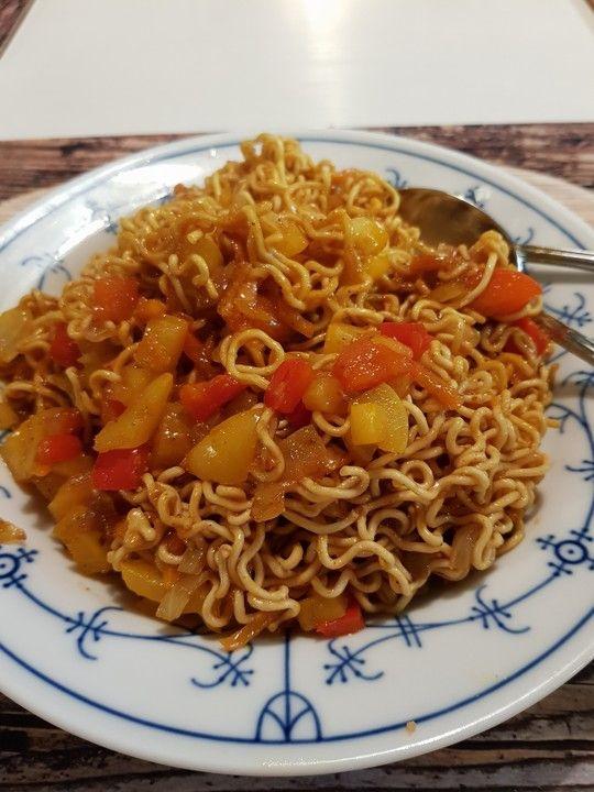 Asiatisch gebratene Nudeln süß-scharf, vegetarisch