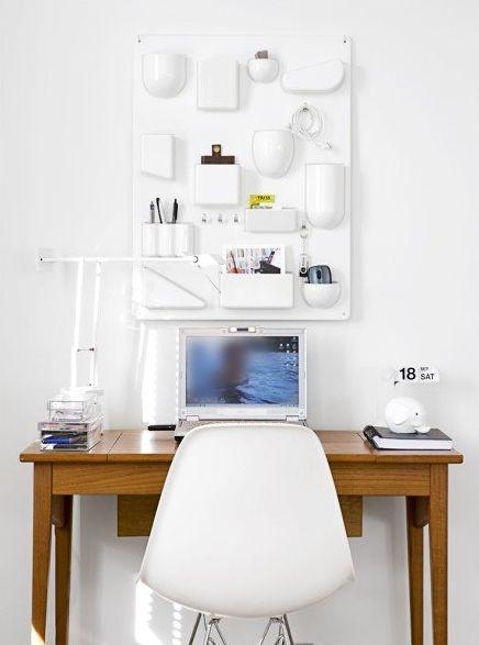 Uten.silo Vitra, by Dorothée Becker. Pratico contenitore per oggetti. Da appendere al muro in ufficio, in cucina, in bagno, nella cameretta. In ABS colorato e in due dimensioni differenti