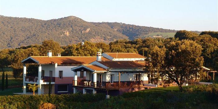 """THE LODGE RONDA - Ronda :: Exclusief guesthouse in een """"Out of Africa"""" stijl voor groepen tot 14 personen. De moderne rechthoekige lodge met witgepleisterde muren ligt op een landgoed van 11 hectare op 10 kilometer van Ronda. Ruime woonkamer met open haard die overloopt in een eetgedeelte en een professionele keuken. De maaltijden kunnen worden verzorgd door een kok met Michelin opleiding. Er zijn meerdere deck-terrassen, een zwembad en 7 luxe tweepersoonskamers. Abslute wow-factor!"""