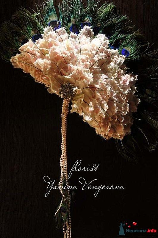 букет веер для невесты из лепестков тюльпанов и перьев павлина.