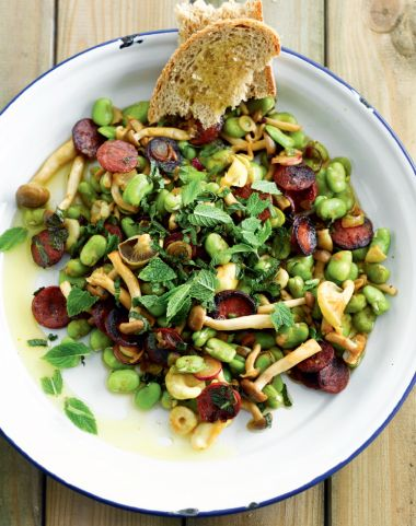 Warme salade met tuinbonen, champignons en chorizo