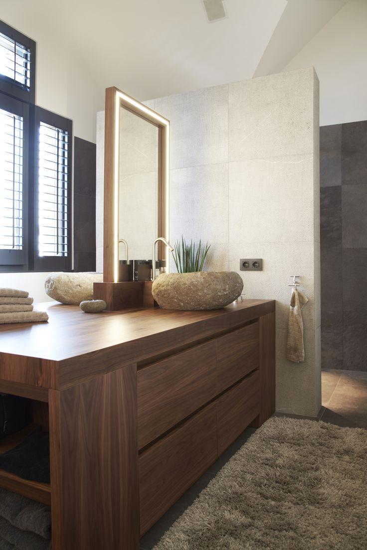 "Warm-hedendaagse badkamer met shutters van Zonnelux. Foto: Stefanie De Neve - ""Stijlvol Wonen"" - © Sanoma Regional Belgium N.V."