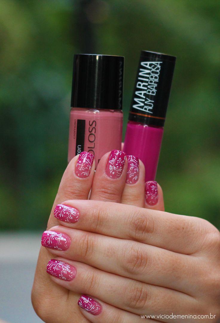 Unhas degrade com esmalte rosa e pink. Para dar um charme a mais carimbo branco. Ombré Nail Art perfeita e linda. Passo a passo de como fazer essa nail art no blog Vício de Menina.