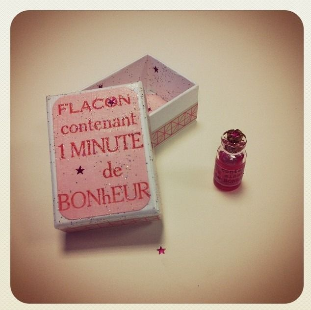 Flacon contenant 1 minute de bonheur. un objet poétique conçu dans l'atelier de Graine de Carrosse