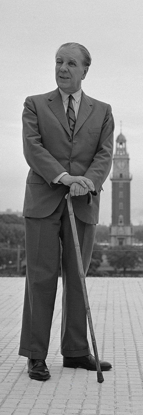 Borges todo el año: Jorge Luis Borges: Mil novecientos veintitantos - Foto Jorge Aguirre Borges en la Plaza San Martín Buenos Aires, década del '60