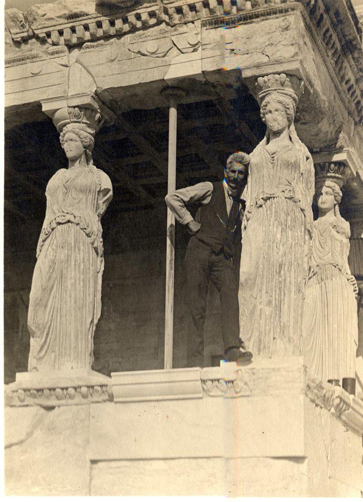 Ο φωτογράφος Fred Boissonas φωτογραφίζεται στο Ερέχθειο,δίπλα στις Καρυάτιδες το 1907.