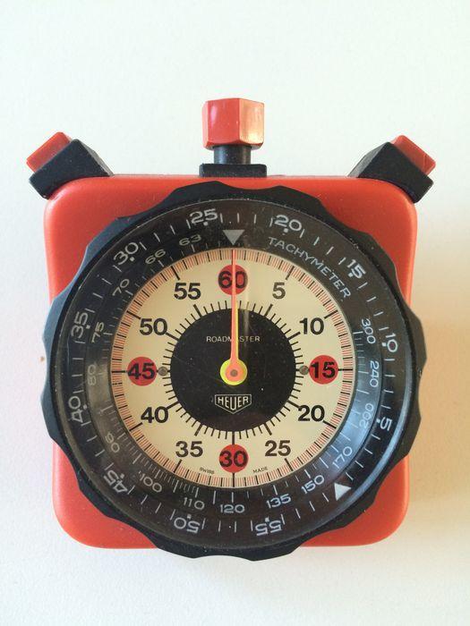 Heuer Roadmaster - stopwatch - 1973  Iconische Heuer roadmaster 804.901-rood dashmounted stopwatch/timer. In gebruikt goed vintage conditie. Kleine kras op kunststof steun en kristal. Kroon: Wind en Startfunctie L-duwboot: stop functie en R-duwboot: opnieuw ingesteld op '0'. Spleet in de Opdringer van de juiste alle fuctions aangezien zij zouden moeten werken maar service aan te bevelen.60' sec centraal register  60 min. Centraal registreren.de zaak metingen 70x70mm (zonder kroon en…