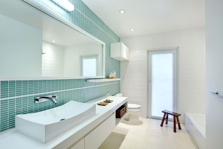 13 Inspirational Examples Of Blue And White Bathrooms // This white bathroom is…
