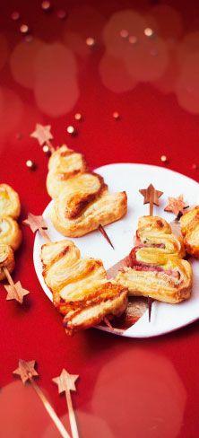 """""""#MaTableAuSommet   Qu'ils sont beaux ces petits sapins étoilés ! Ces 10 petits feuilletés aux saveurs jambon-fromage frais-ciboulette et tomate-mozzarella–basilic sont aussi gourmands que croustillants. Ils se glisseront sur vos tables apéritives avec beaucoup de gourmandise ! #Apéritif #Sapin #Pâte #feuilletée #festif #Noël"""