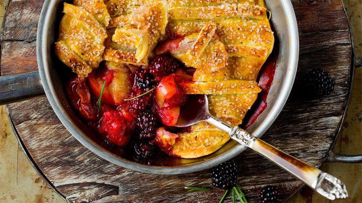 «Pannepai» med epler, bjørnebær og rosmarin - «Pannepai» med nydelige epler i kombinasjon med bjørnebær og frisk rosmarin under et sprøtt butterdeigslokk er superenkelt og utrolig godt!      Tips: Bjørnebær kan utelates eller erstattes med bringebær eller rosiner. Litt hakkede nøtter kan også drysses over de stekte eplene. Kanel kan erstattes med 1 ss finrevet sitronskall.