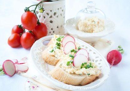 Намазка на хлеб рецепт.Варим яйца вкрутую, остужаем под проточной холодной водой и очищаем от скорлупы. Натираем на мелкой терке яйцо, чеснок, сыр твердый.