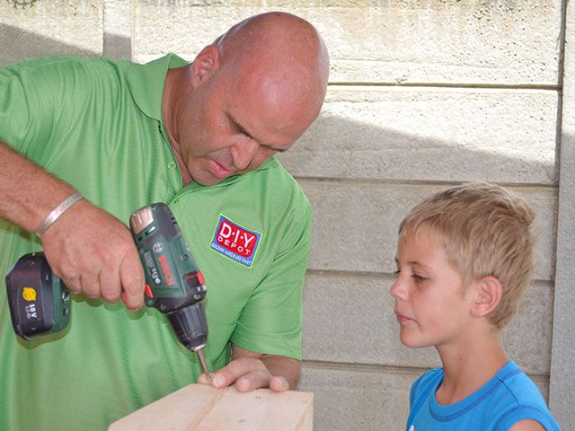 Teaching children the art of DIY is one of Riaan's passions as seen her showing a youngster the ropes. #diy #handyman