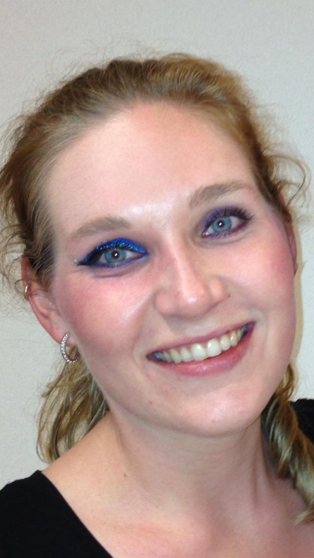 1extreem opgemaakt oog en 1 oog opgemaakt als dag/avond make-up. @ Linda's Visagie