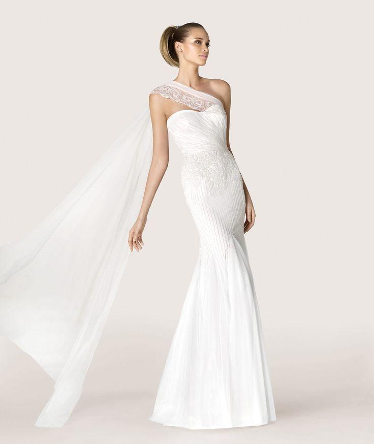 Modelo Antic, de la colección Modern Bride, creo que es perfecto para una boda chic y urbanita. Un vestido evasé de tul bordado con pedrería. Su escote en forma de corazón y una pieza de tul bordada a modo de capa hacen que este vestido sea único y especial.