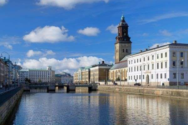 GÖTEBORG (GOTEMBURGO), SUECIA La segunda ciudad más grande de Suecia está situada en la costa oeste del país y tiene lugar en una costa. Los turistas que visitan esta ciudad artística podrán disfrutar de excelentes vistas, así como un mercado de pescado y una serie de interesantes museos.