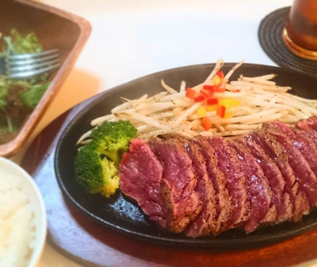 ちょっと行ってみたかった筋肉屋。 グラスフェッドビーフを使ってるらしくこれがまたうまい!😎👍 これで筋肉疲労回復!!(笑) #筋肉屋 #福岡 #おいしい #肉 #グラスフェッド #筋肉 #ジム終わり #夕食 #外食 #beef #grassfed #japan #dinner #休日