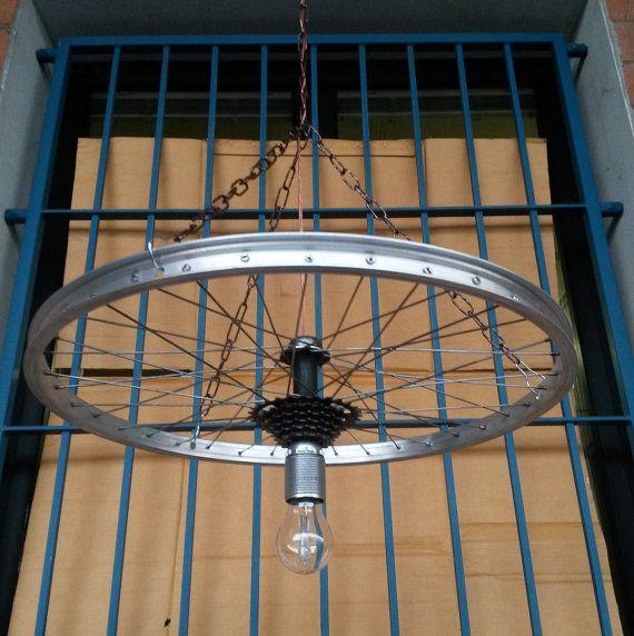Lampadario in stile industriale, ricavato da cerchione di bicicletta  in alluminio lucidato e spazzolato.