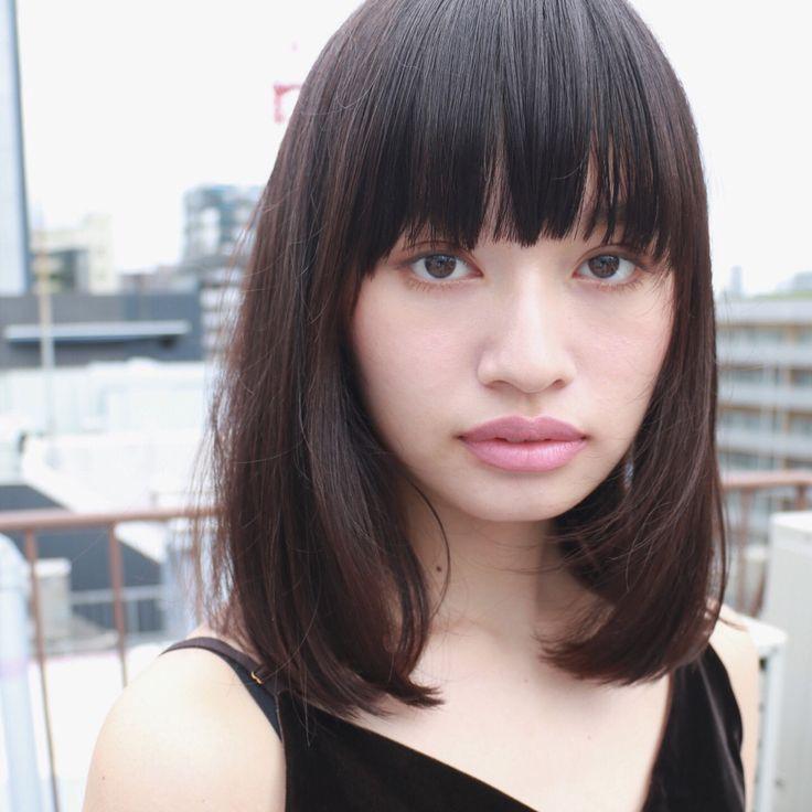 前髪の束感と毛先の質感がかわいいロブスタイル。