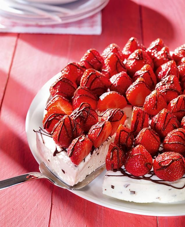 Stracciatella-Eis mit Erdbeeren