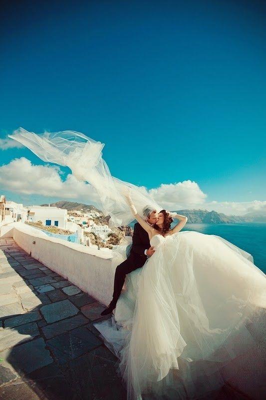 """輝くエーゲ海に誓う永遠..ギリシャ・サントリーニ島""""白と青のウエディング♡憧れの海外での結婚式一覧♡ウェディング・ブライダルの参考に♡                                                                                                                                                                                 もっと見る"""