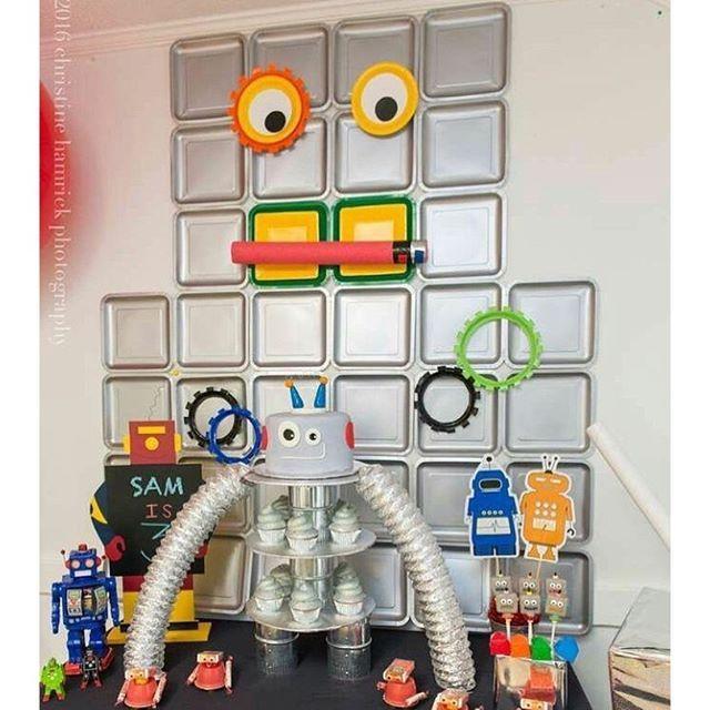 Festa super bacana e criativa com tema Robô, adorei! Muito legal o painel feito com pratinhos prateados! ...