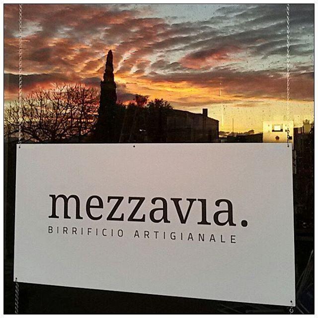 Tramonti di gennaio in birrificio. Very roooomantic... #birra #mezzavia #birramezzavia #sunset #birrificiomezzavia #birrificio