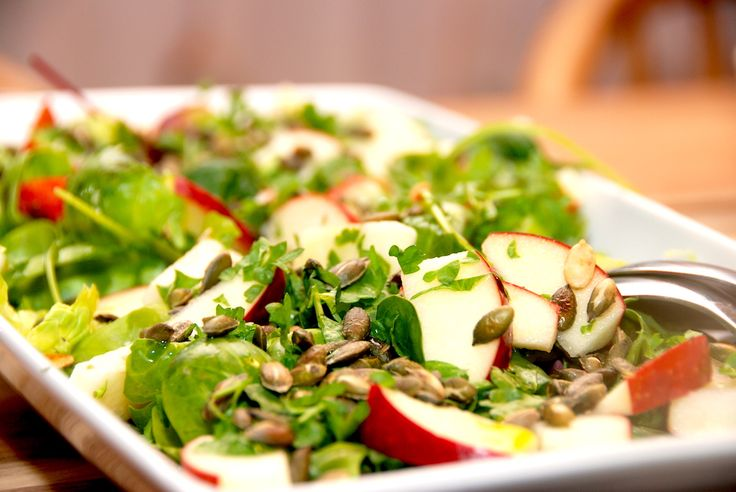 Sådan laver du en sund og lækker rosenkålssalat, der er med de yderste blade fra rosenkål, æble, rucola og en god dressing. Rosenkålssalat er en nem efterårs- og vintersalat, der indeholder masser af vitaminer. Pil bladene af