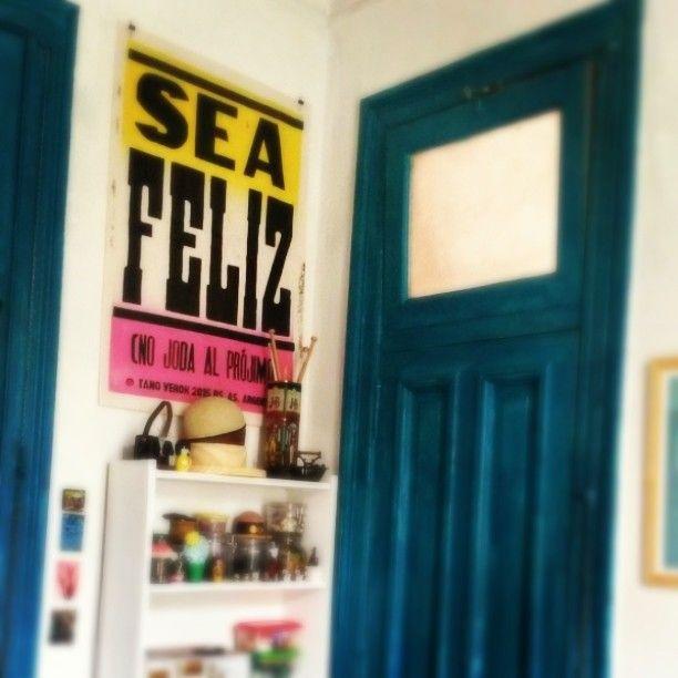 En otro taller amigo. Sigue apareciendo en lugares que quiero y admiro a los artistas que viven dentro.  En el taller de #bordado de mi amiga @manu___aparicio gran artista que metió tremendo bordado para una tipografia mia que se llama MAPUCHE y que se la pueden bajar gratis. Link: http://ift.tt/1QztmAO #freefont #type #bordado #poster #letterpress #seafeliz #mapuche #tanoveron by tanoveron