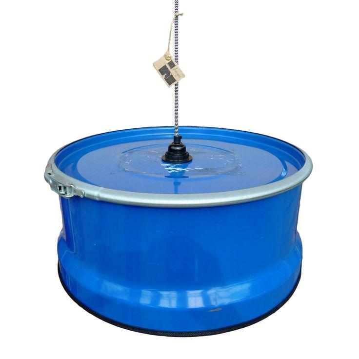 Deze brede industriële hanglamp zal werkelijk uw gehele eettafel verlichten. De hanglamp heeft een rauw en authentiek karakter door de sluitklem aan de bovenkant. De mooie blauwe kleur zorgt voor extra sfeer in uw woonkamer.