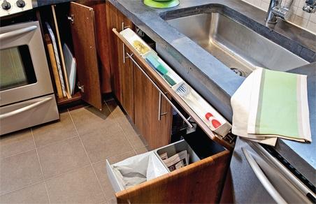 Pour garder l 39 espace de cette cuisine clair et net on a mis sur un trio de choc extraordonn - Rangement etroit cuisine ...