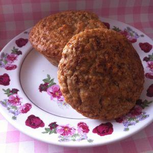 In het hardloperskookboek stond een lekker recept voor quinoa-lunchbroodmuffins. Het zag er zo lekker uit dat ik het niet kon laten om hier een plantaardige, suikervrije versie van te maken. Om heerlijk van te genieten bij de lunch, ontbijt of een hongerige koffiebreak. Ook erg handig om in te vriezen voor een drukke dag. Lunchmuffins …