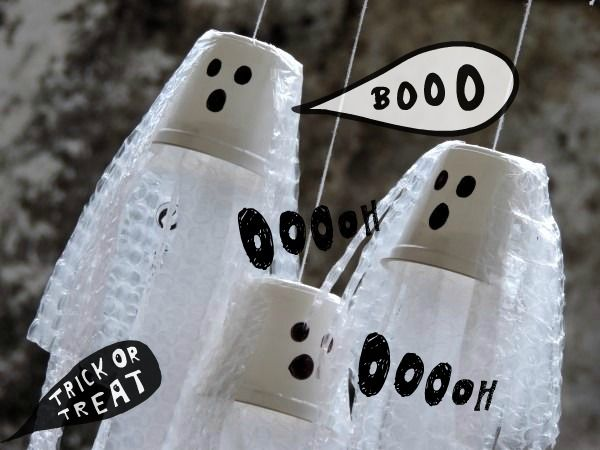 E' tempo di Halloween! Questa volta mi sono dedicata ai fantasmi… fantasmi dello yogurt! Per avere i fantasmini fruscianti pronti per la notte di Halloween dovrete mangiare un po' di yogurt (che fa sempre bene!) tenere i vasetti, lavarli, asciugarli e poi procurarvi: forbici, filo bianco o spago, nastro adesivo, un pennarello nero e della...
