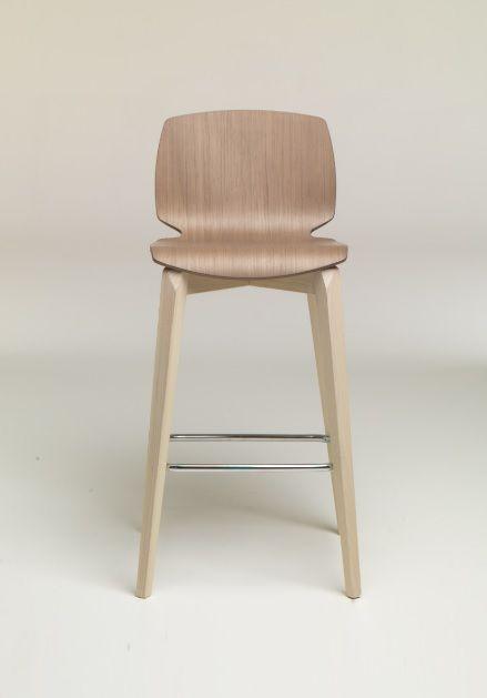 Sgabello Scott legno basso Friulsedie - Struttura in legno in diverse finiture, poggiapiedi in metallo e schienale e seduta in legno multistrato.