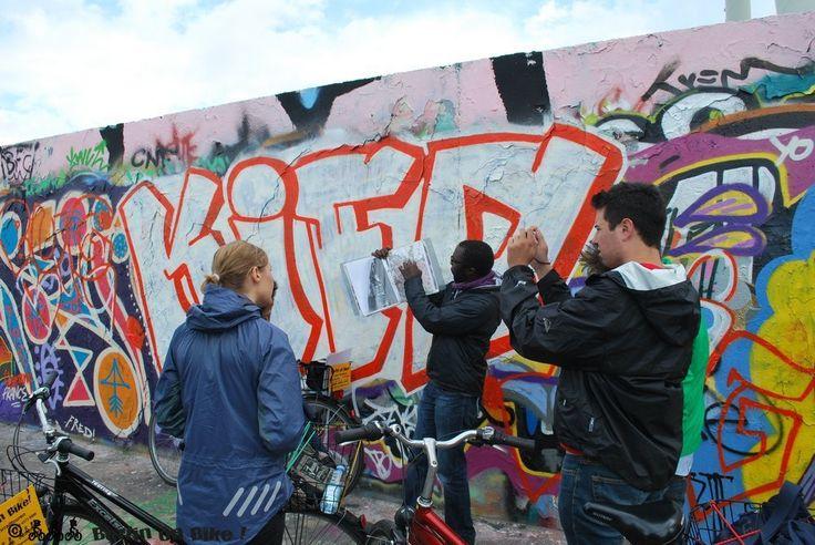 Roteiro guiado de bicicleta passa por trechos do Muro de Berlim