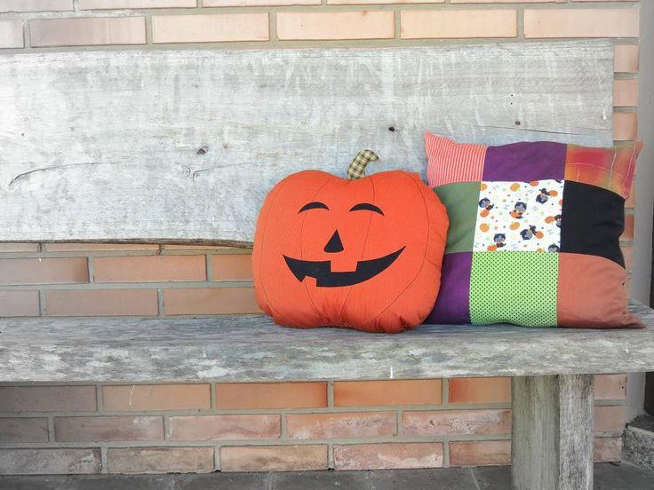 Veja aqui um passo a passo com fotos de como fazer almofadas personalizadas e outras ideias para você decorar a sua casa neste Halloween. Confira!