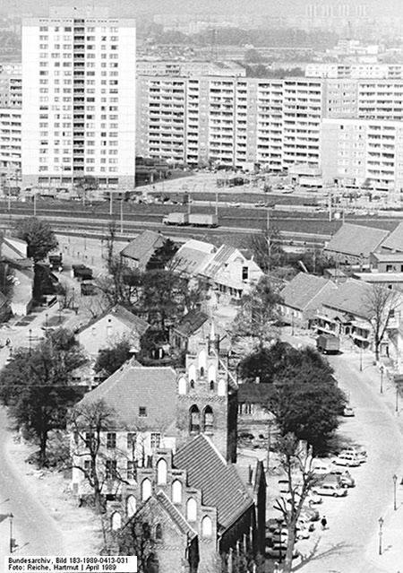 Berlin - Marzahn - Eine winzige dörfliche Oase im neuen Häusermeer ist das Dorf Marzahn / Mai 1989