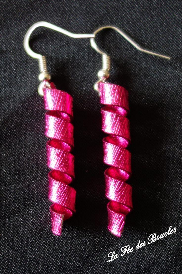 Boucles d'oreille torsadées et striées en fil aluminium Rose : Boucles d'oreille par feedesboucles