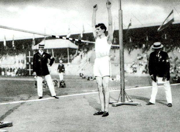 Θρυλική μορφή του ελληνικού αθλητισμού, τέσσερις φορές Ολυμπιονίκης στα αγωνίσματα άνευ φοράς.