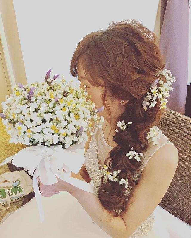 かすみ草、ビーチバージョンです。 ちなみに新婦様の髪の長さは鎖骨下位の長さだったので、長く下ろした所は付け毛です。 ご自分の髪とミックスしてるので、自然に伸ばせます 付け毛を使用される際は色を合わせてお持ち下さいね  #ハワイ#ハワイ挙式 #ハワイヘアメイク #ハワイウェディング #ウェディング#ウェディングヘア #ウェディングフォト #ウェディングドレス #ヘアアレンジ#ヘアセット#ヘアメイク#美容師#付け毛#ラプンツェル #ウェディングニュース#wnブライダルヘア #かすみ草#bridalhair #hairstyle #hairmake #wedding #hawaii #hawaiiwedding #bridalhair
