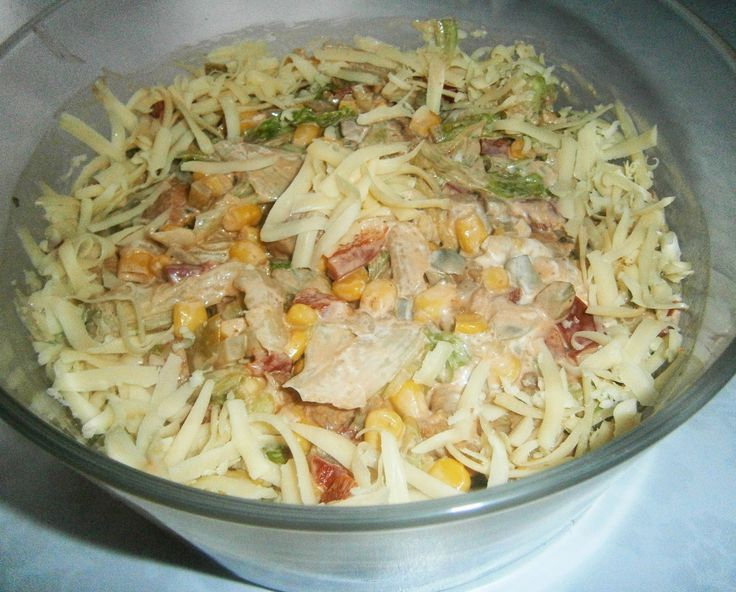 Sałatka gyros inaczej; pierś kurczaka, kukurydza, ogórki konserwowe, sałata lodowa/pekinka...
