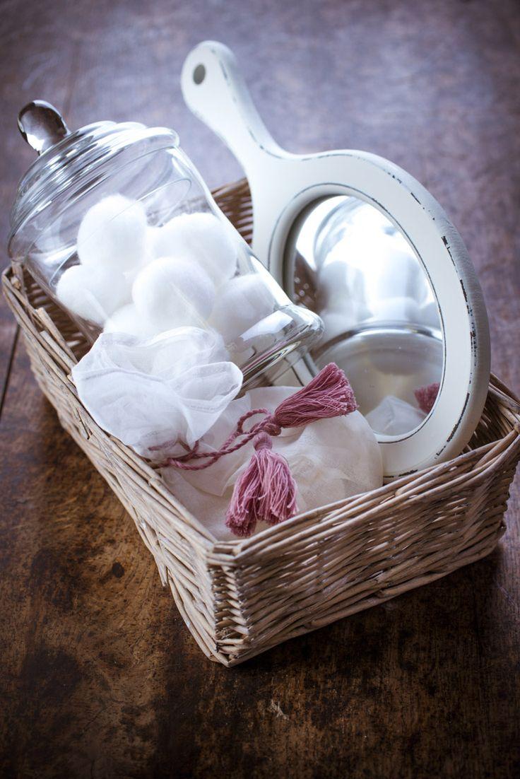 bien être, #rose et blanc, la #pureté dans la sales d'eau ! l' #aromathérapie par les produits #bio aux #huiles #essentielles ! #ambiance #salle de bain #décoration #phytotherapie  coton, paille, savon d' #Alep et huiles #méditerranéennes #savon doux au bois de #cade, aromathérapie, les produits #bio aux huiles #essentielles ! http://www.marielys-lorthios.com/