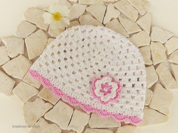 Jetzt Mütze häkeln: Hol Dir gleich die Anleitung zum Häkeln einer Baby-Mütze//Kinder-Mütze mit Deko-Blume, denn das sieht gut aus + ist schön zu häkeln.